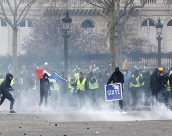 Protesti: Policija bacila suzavac