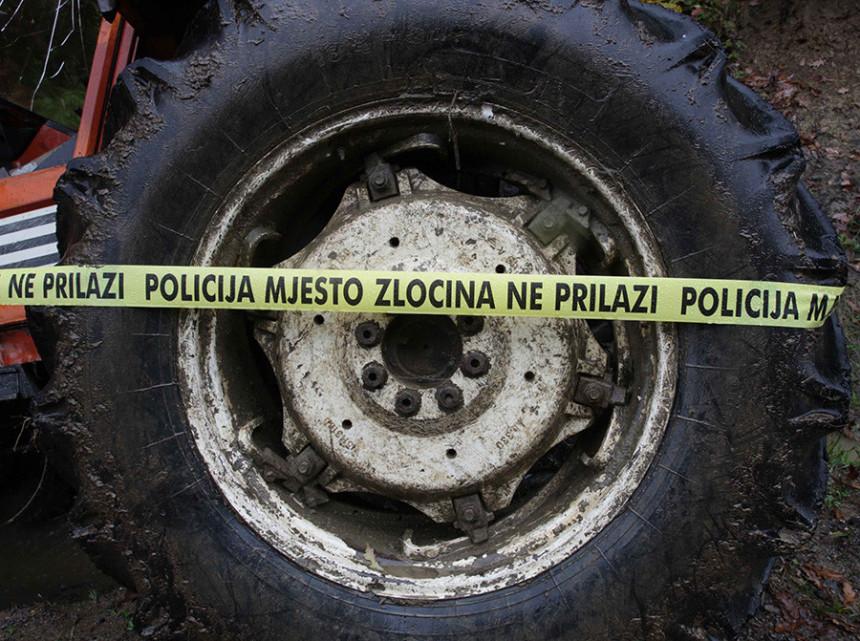 Mladić poginuo u šumi u prevrtanju traktora
