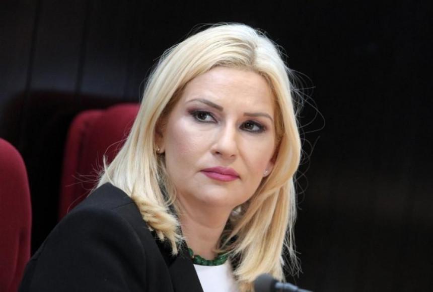 Mihajlović: Virili su mi pod suknju i u dekolte