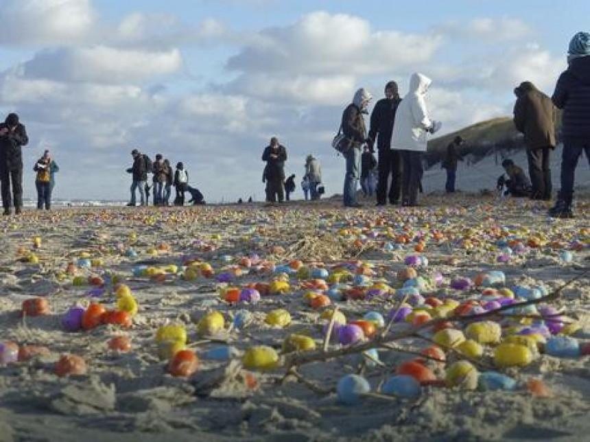 Море избацило око 100.000 киндер јаја