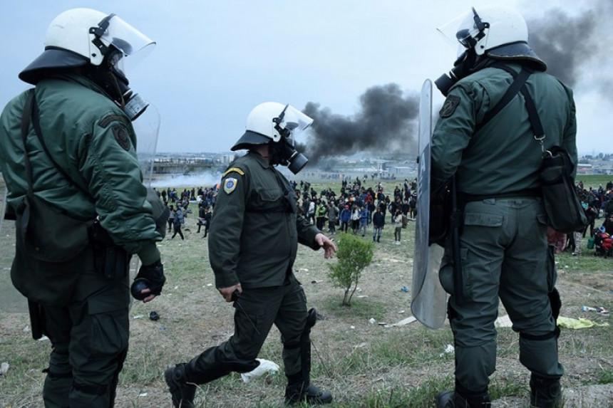 Policija suzavcem na migrante