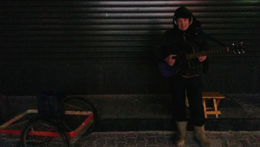 -13°C je, a on svira gitaru i čestita Božić