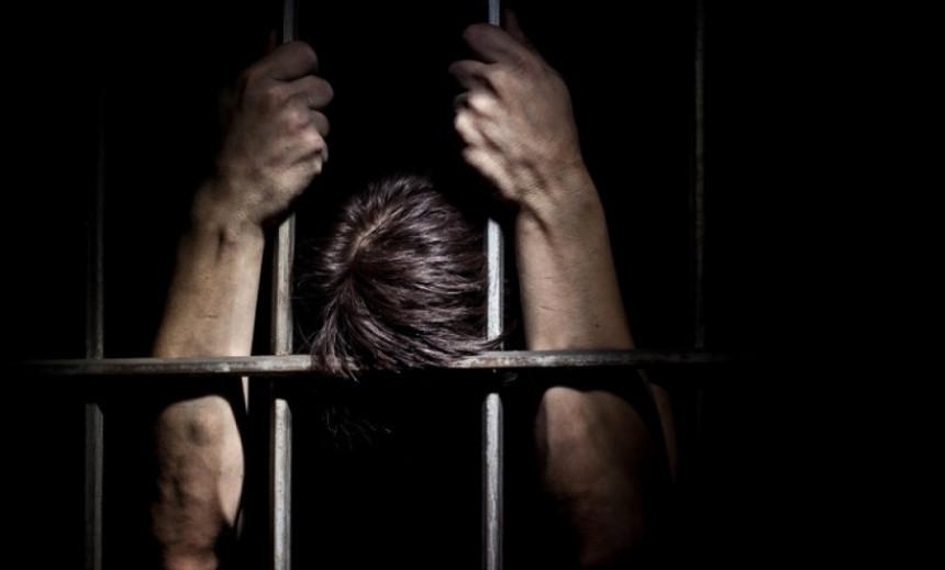 Sina 20 godina držao u kavezu!