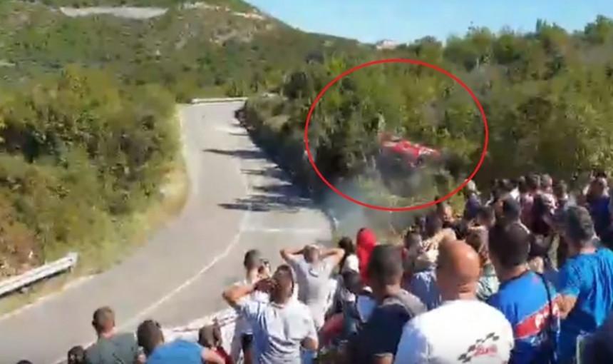 Automobil velikom brzinom sletio s puta u šumarak