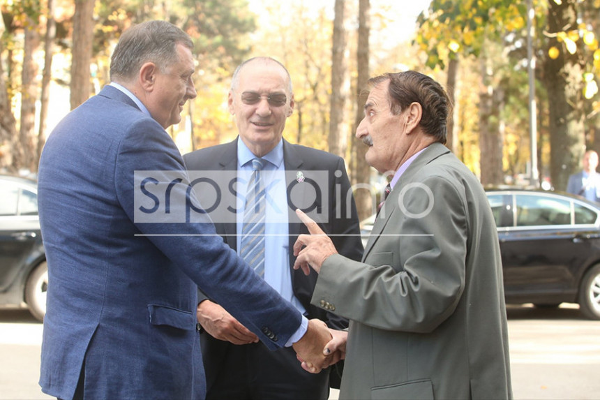 Profesor izbačen zbog dobacivanja Miloradu Dodiku