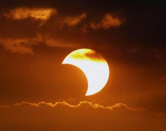 Na hiljade ljudi prati pomračenje Sunca u Indoneziji