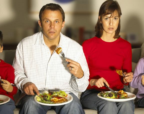 Zašto ne bi trebalo da gledate TV dok jedete