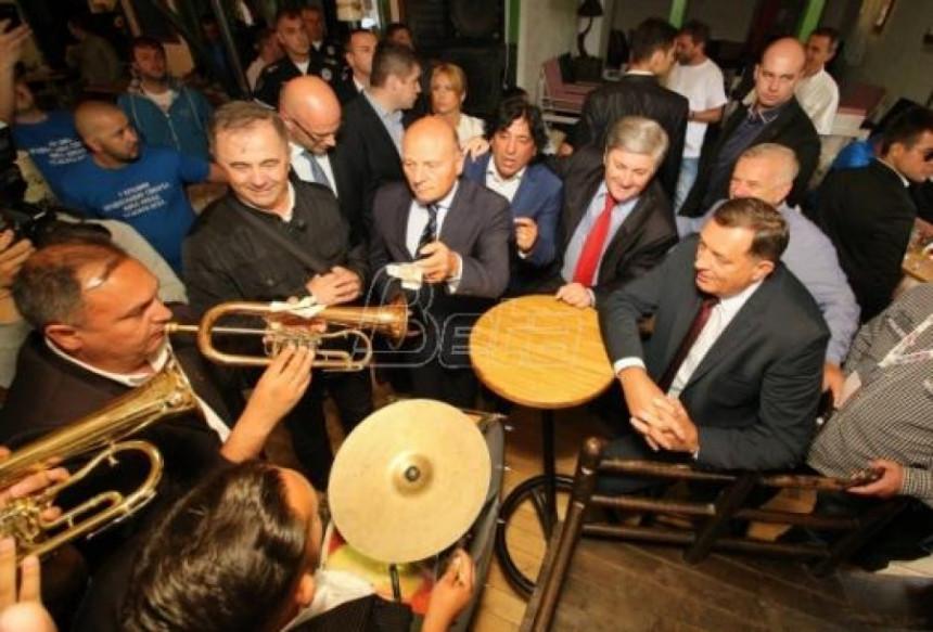 Додик и весело друштво на Сабору у Гучи
