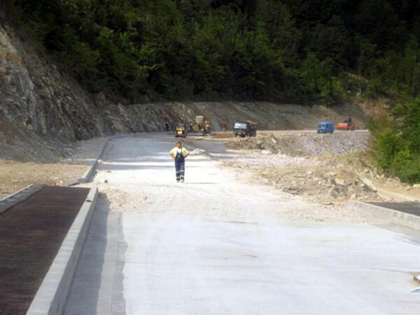 Sa asfalta u Srebrenici vlast skinula milione