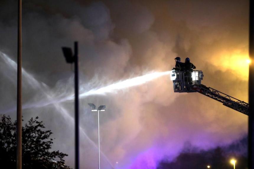 Buknuo požar u firmi toalet papira u Surčinu