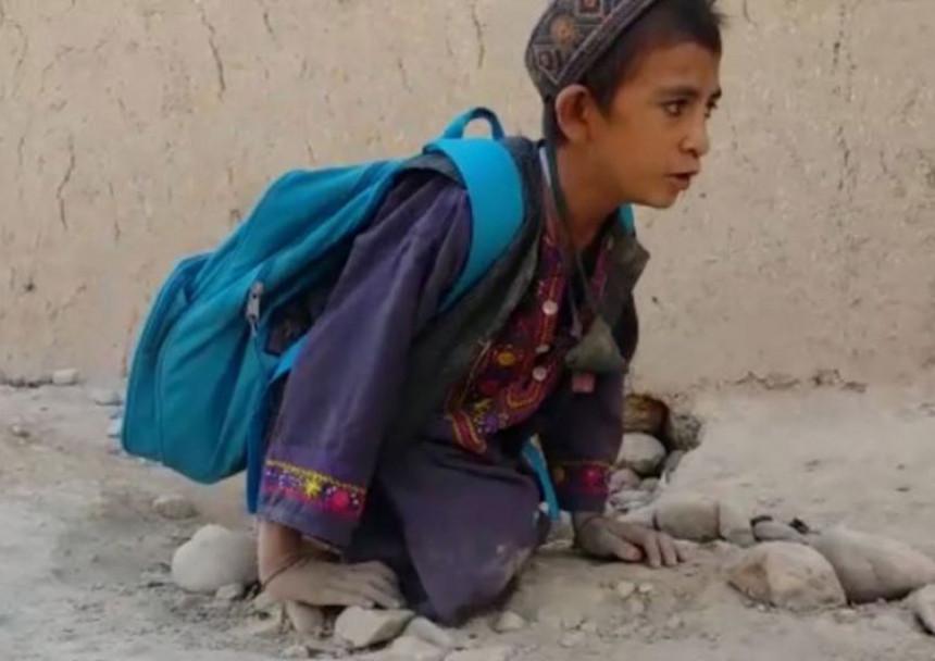 Svaki dan dječak puže do škole