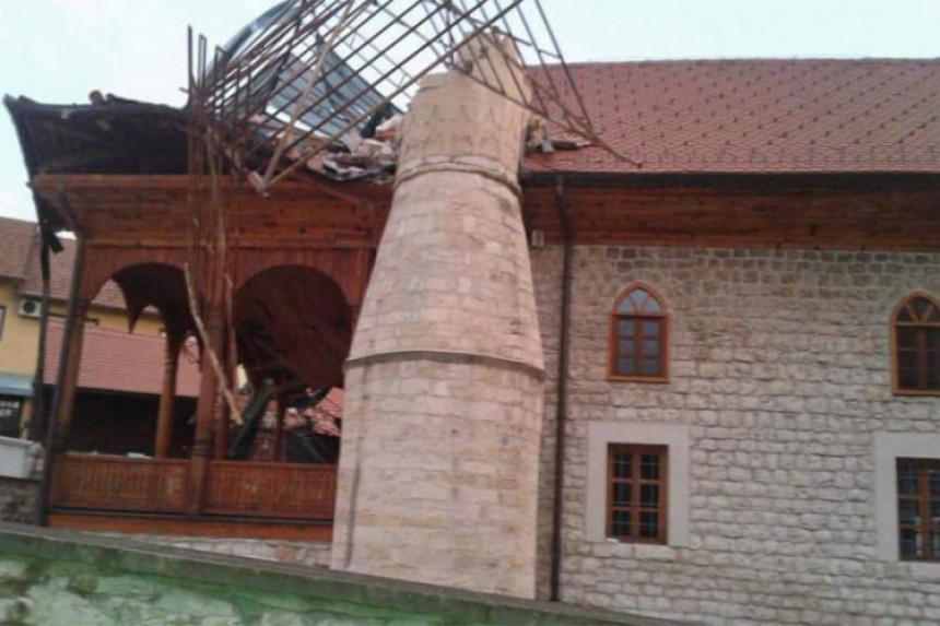 Snažan vjetar srušio minaret