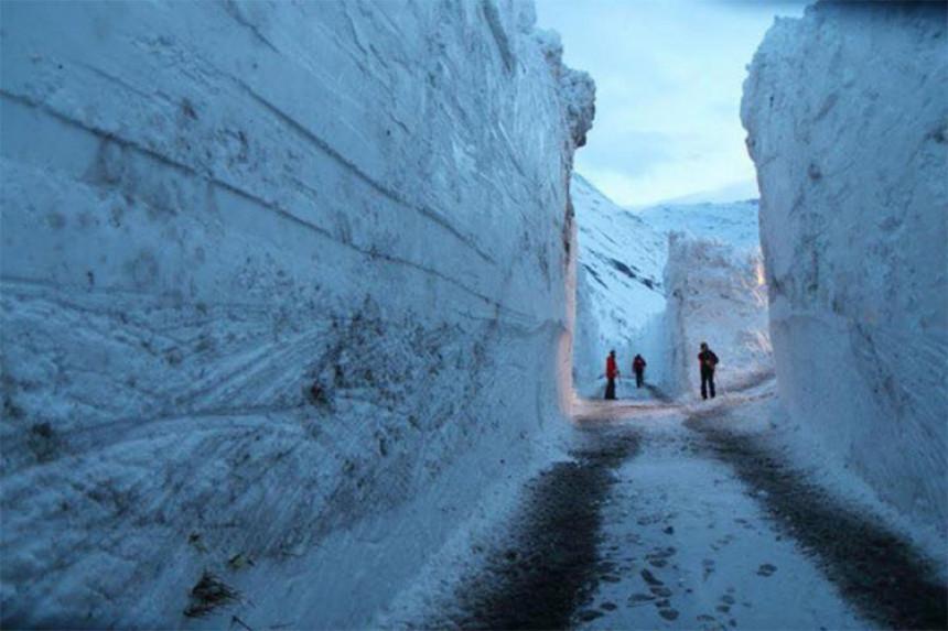 7 metara snijega: Rašćišćen put