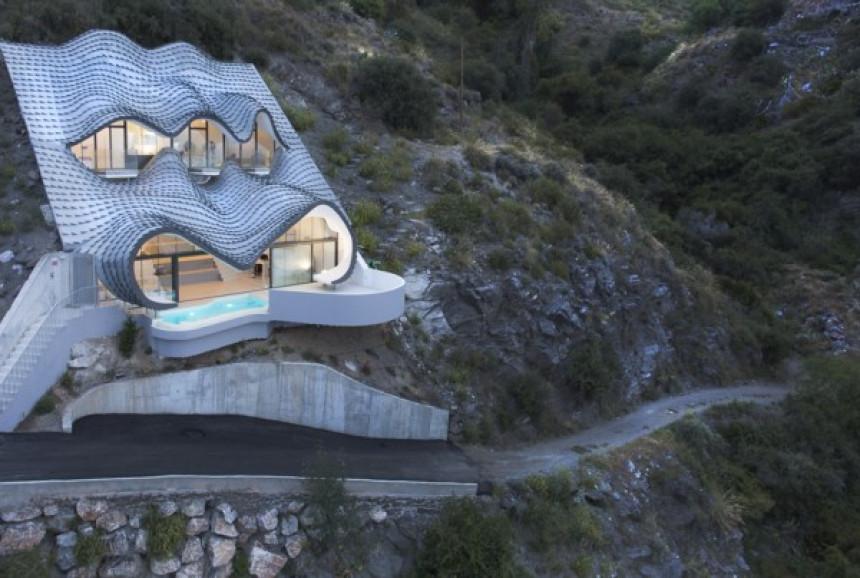 Kuća u stijeni s fascinantnim pogledom na more