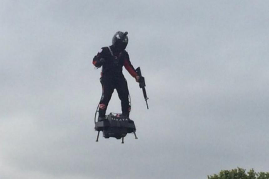 """""""Leteći čovjek"""" pored Makrona"""