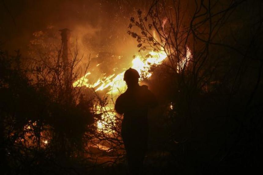 Požar kod Atine uništio kuće