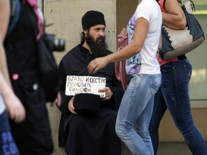 Болестан монах проси у Кнез Михајловој улици!