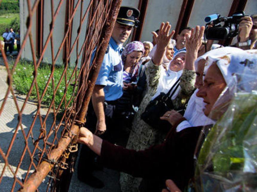 """""""Majke Srebrenice"""" probile blok policajaca"""