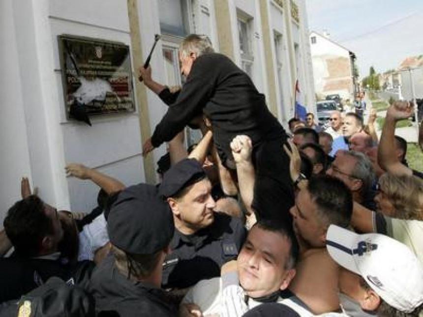 Ćirilicu progone HDZ i Katolička crkva