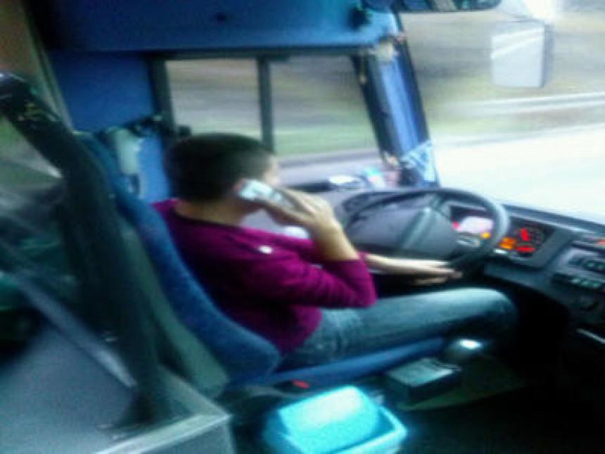 Vozač autobusa telefonira i kuca poruke dok vozi