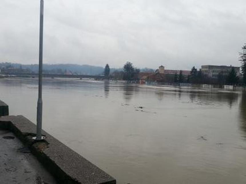 Poplave i dalje prijete