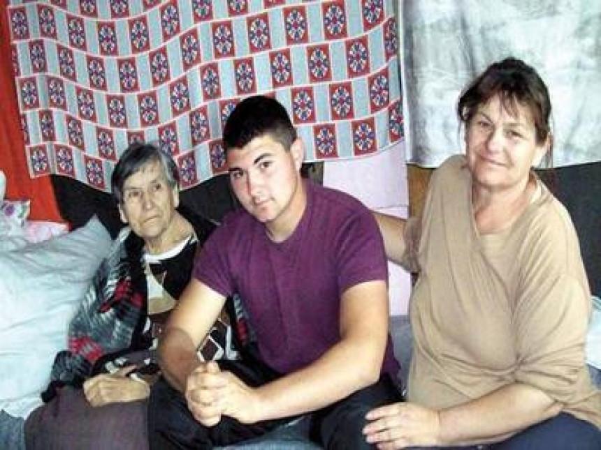 Dječak izdržava majku i baku