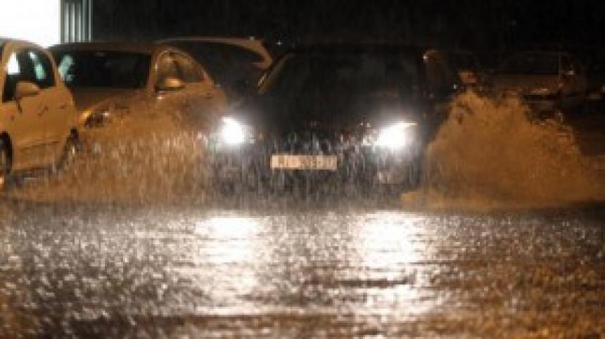 Bujica nosila automobile u Istri