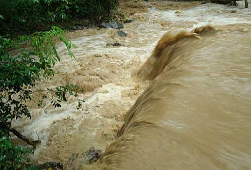 Сава у Семберији пред изливањем! Вода и даље расте!