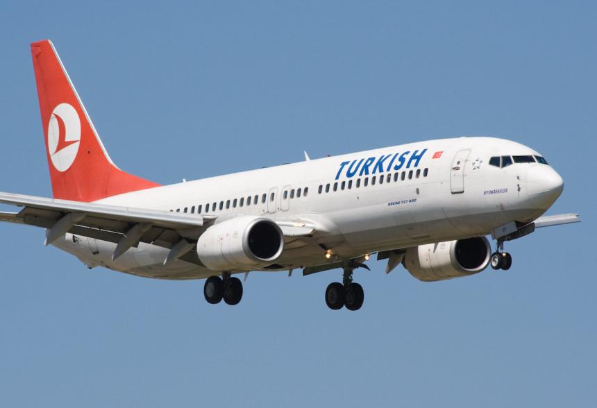 Avion prinudno sletio nakon pucanja prozora