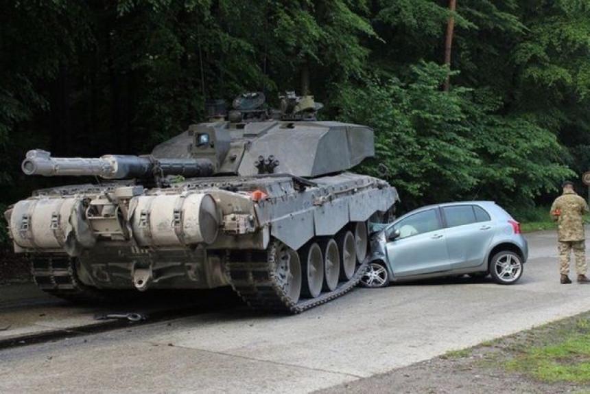 Nepovrijeđena poslije sudara s tenkom