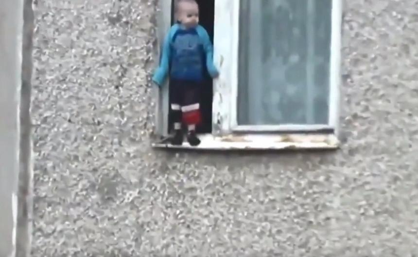 Dječak se igrao na prozoru sedmog sprata