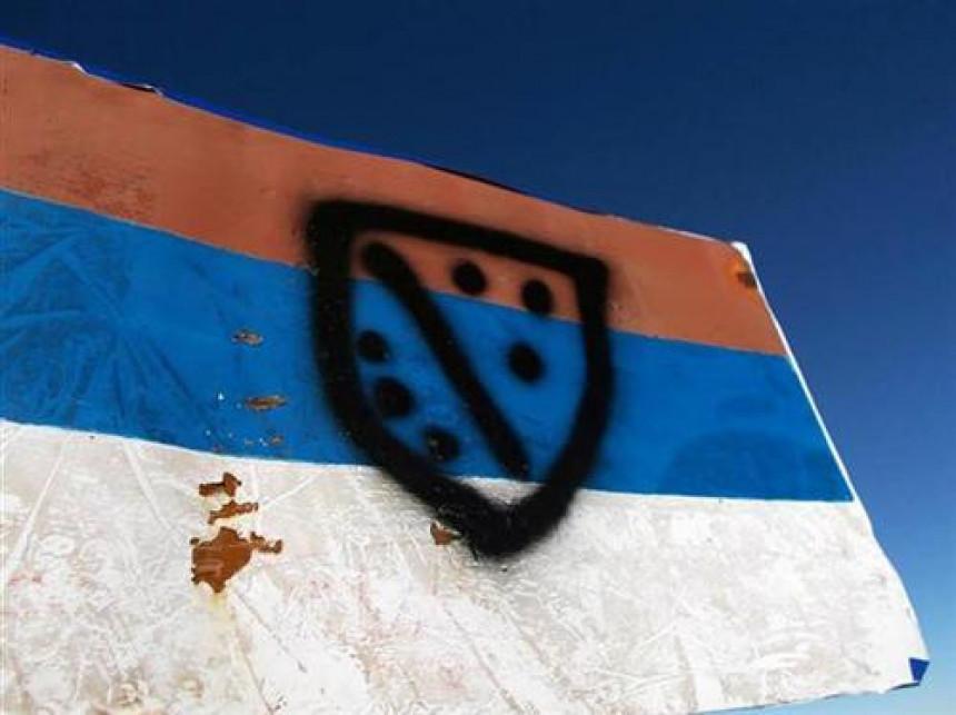 Oskrnavljena srpska zastava na Magliću