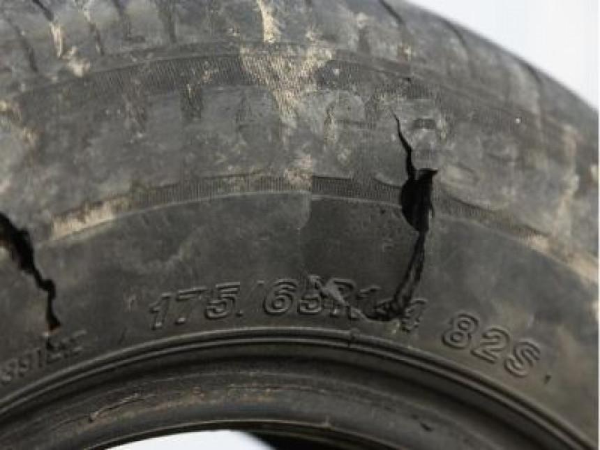Bušio gume na nepropisno parkiranim vozilima
