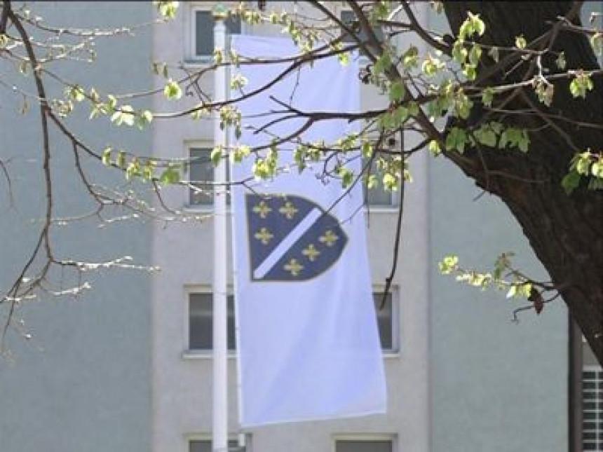 """Ratna zastava """"Armije RBiH"""" na džamiji u Janji"""