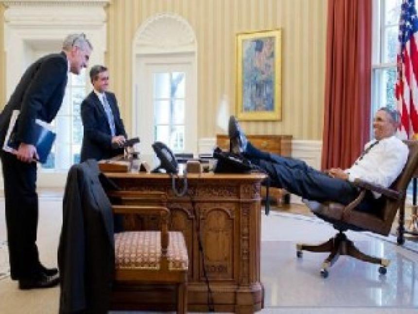 Obama - predsjednik s nogama na stolu
