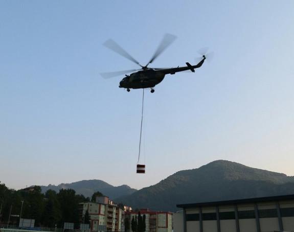 Helikopter Oružanih snaga gasi požar
