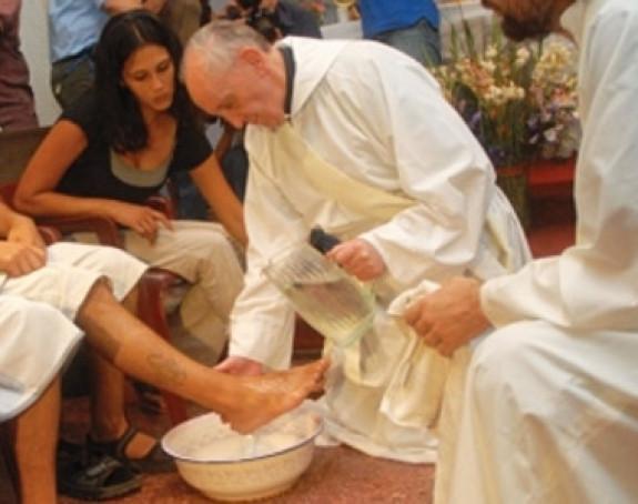 Papa danas pere noge zatvorenicima