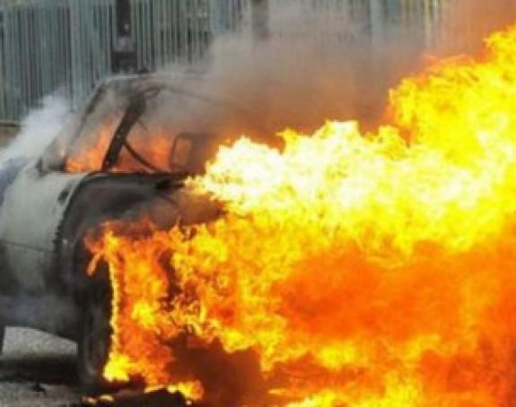 Zapaljen automobil u Kosovskoj Mitrovici