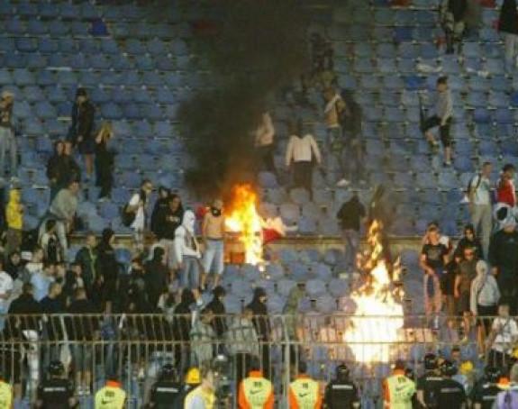 Навијачи Војводине запалили столице на стадиону Партизана