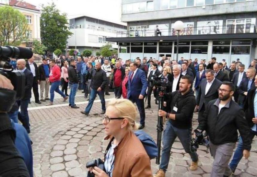 Na protestima napadi na novinare