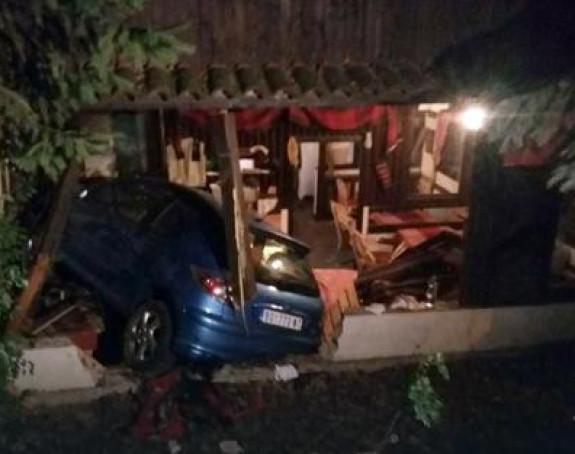 Autom uletio u kafanu, troje povrijeđeno