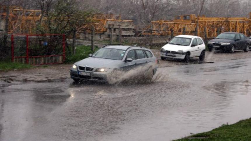 Usporen saobraćaj: Voda na putevima