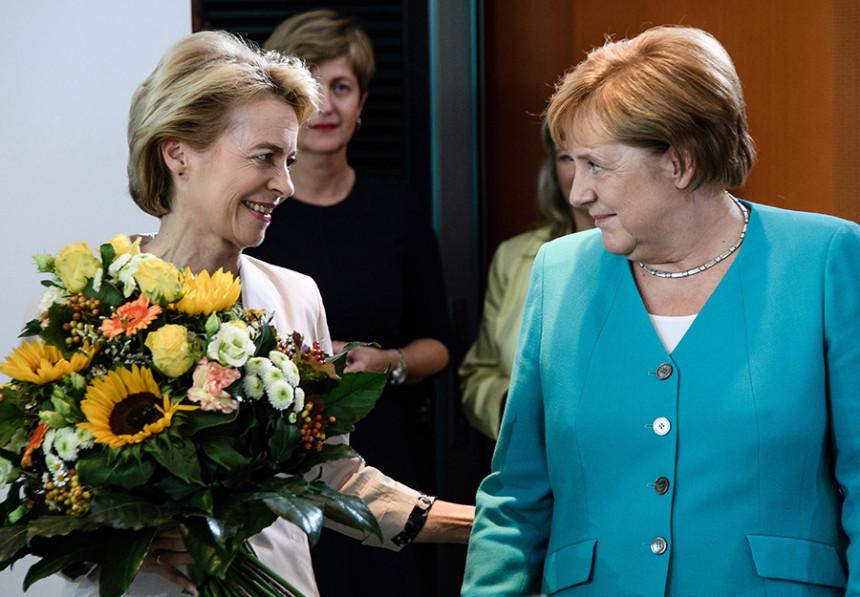 Merkel dobila cvijeće na poklon