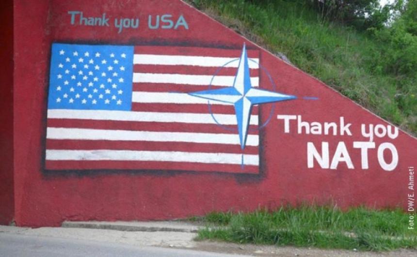 I Trampu dižu spomenik u Prištini