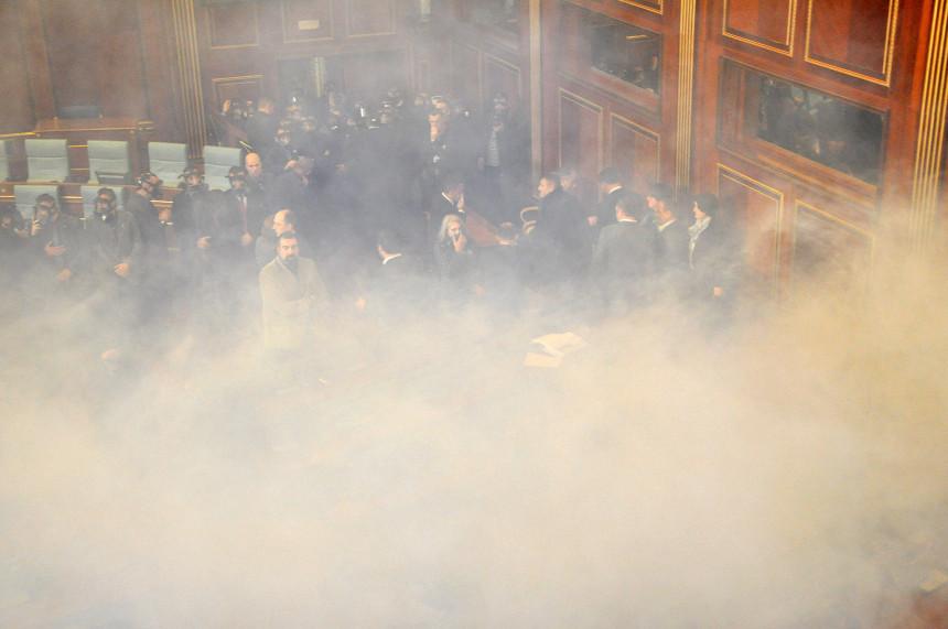 Хаос у Приштини: Јаја, сузавци и хапшења