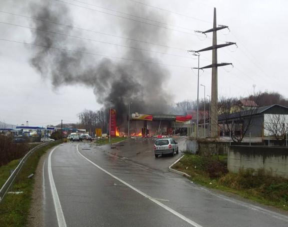Аутом ударио у бензинску пумпу код Зворника