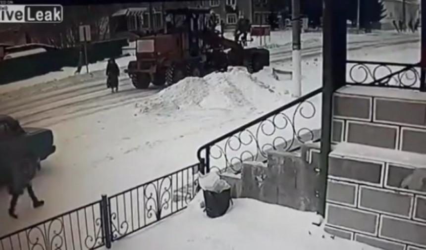 Dramatičan snimak sa ulice iz Rusije (VIDEO)