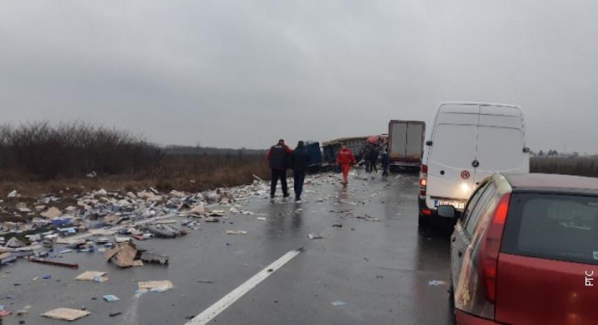 Prevrnuo se kamion: U toku spasavanje vozača