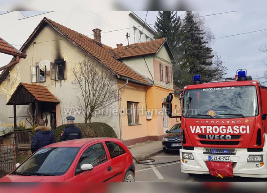 Evakuisan starac iz kuće zahvaćene požarom u PD