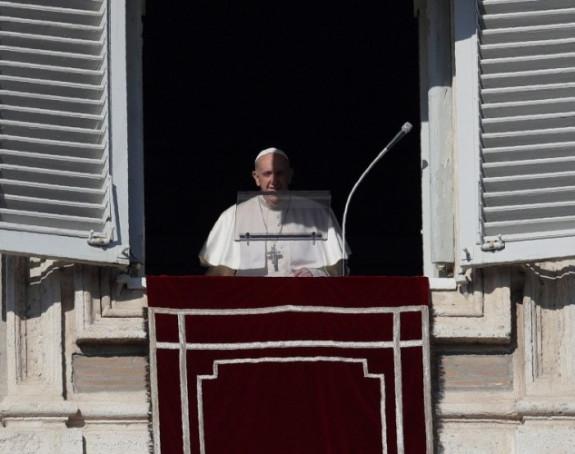 Papa se izvinio jer je udario ženu po ruci